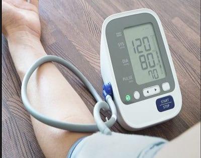 صورة علاج الضغط المرتفع بالثوم والكركديه والاكل والماء